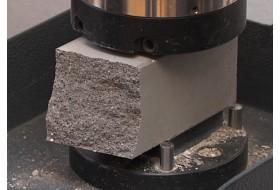 Испытание образцов бетона прессом