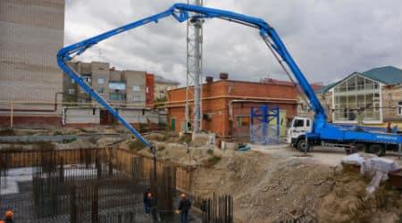 бетононасос на заливке бетона для фундамента